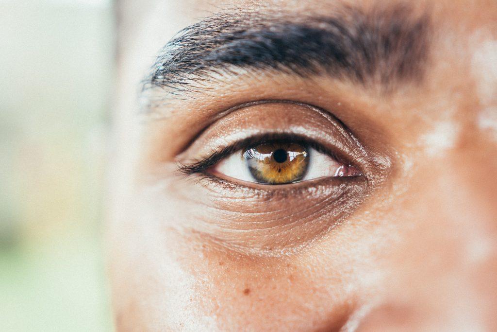 foto van het oog van een gekleurde man