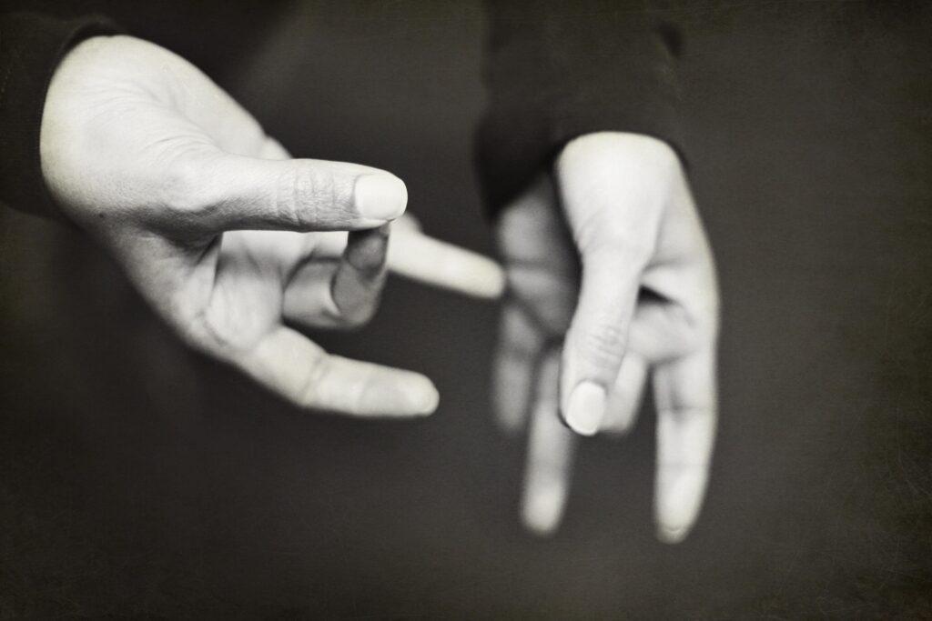 twee handen beelden iets uit in gebarentaal