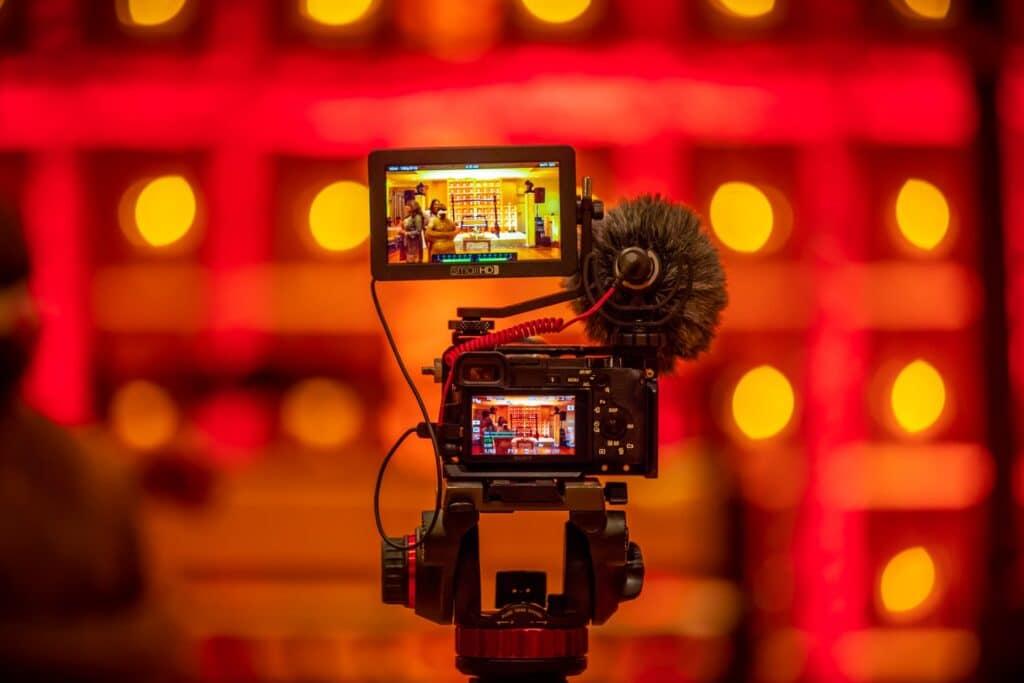 videocamera stelt scherp op een kleurrijke achtergrond