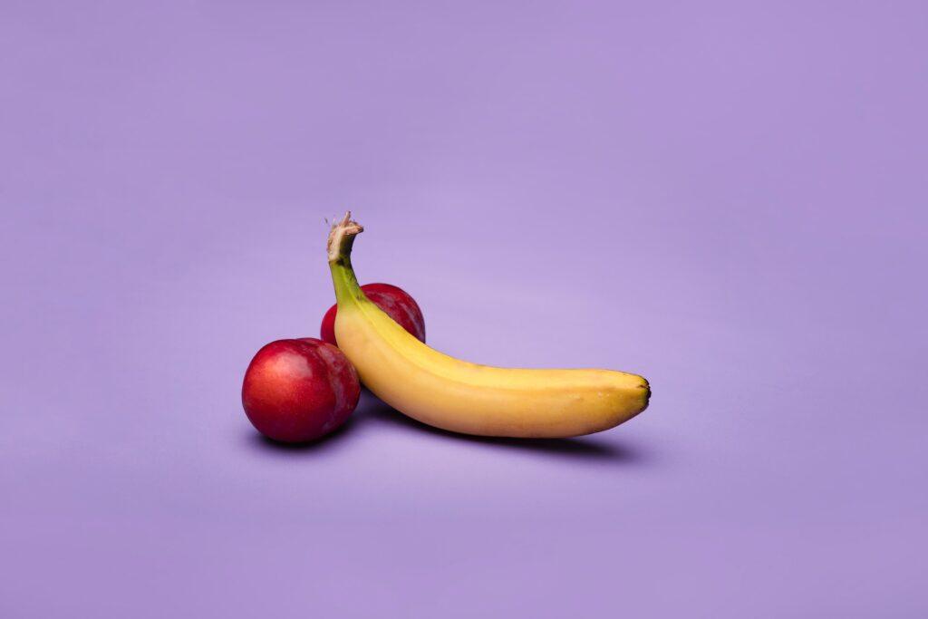 banaan en twee perziken met paarse achtergrond