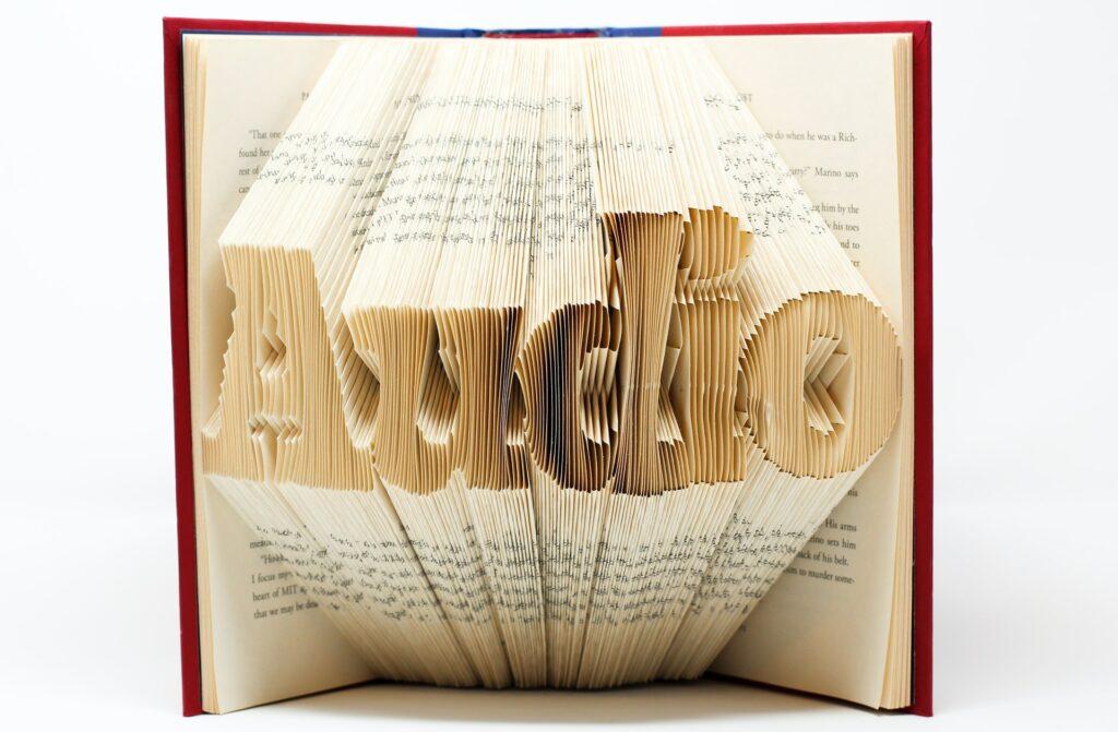 boek met het woord audio uitgesneden uit de bladzijden.