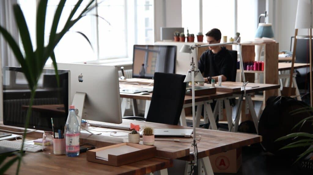 een kantoorruimte met een man aan het werk