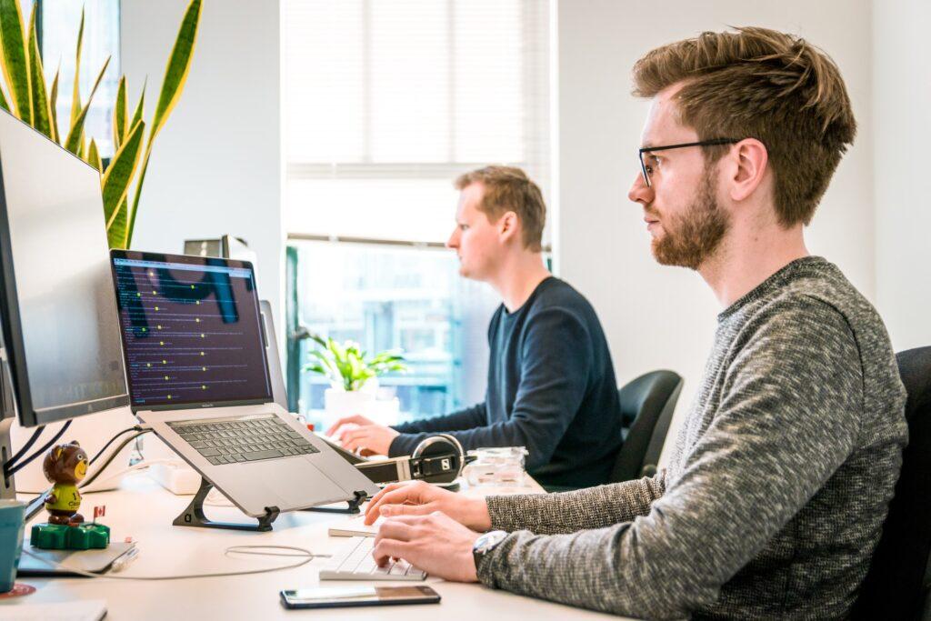 twee mannen aan het werk aan een bureau