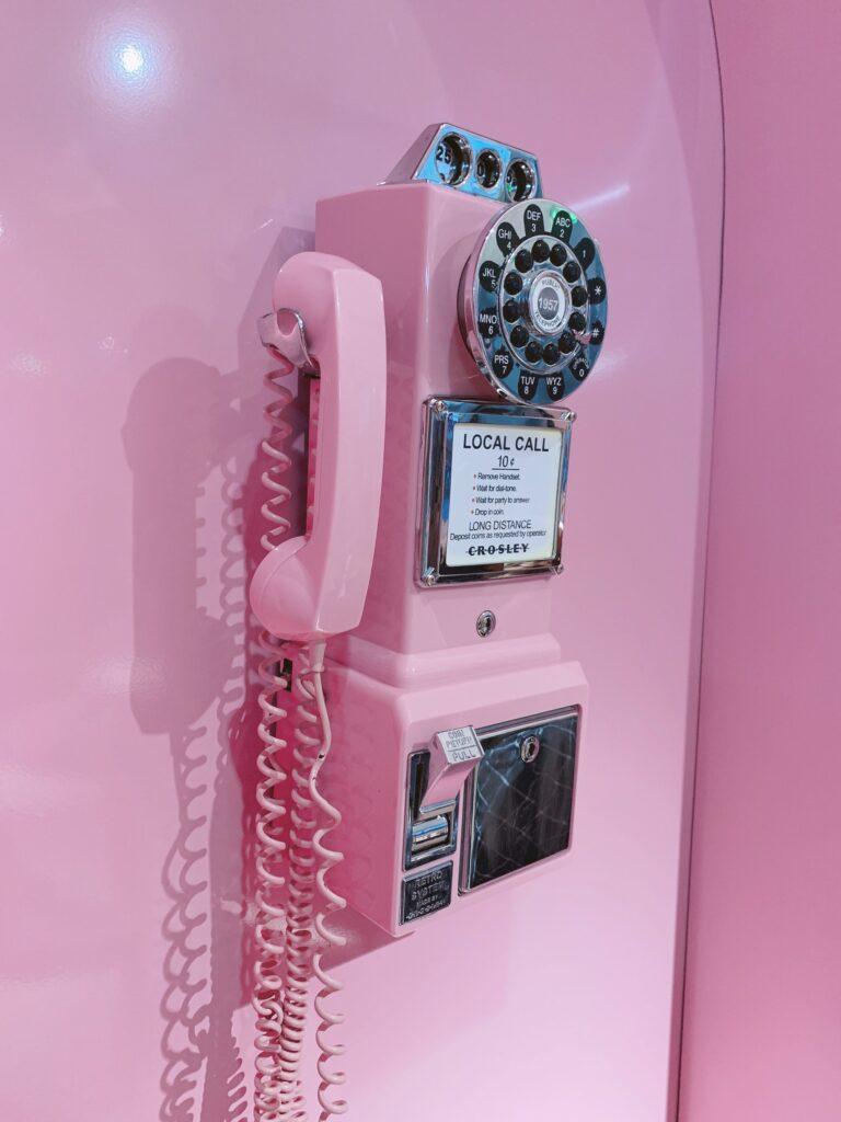 roze ouderwetse telefoon met roze achtergrond