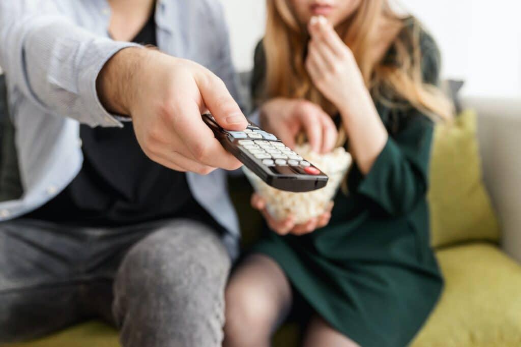 twee mensen op een bank met een afstandsbediening