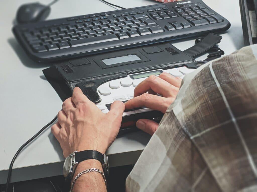 handen bij een screenreader
