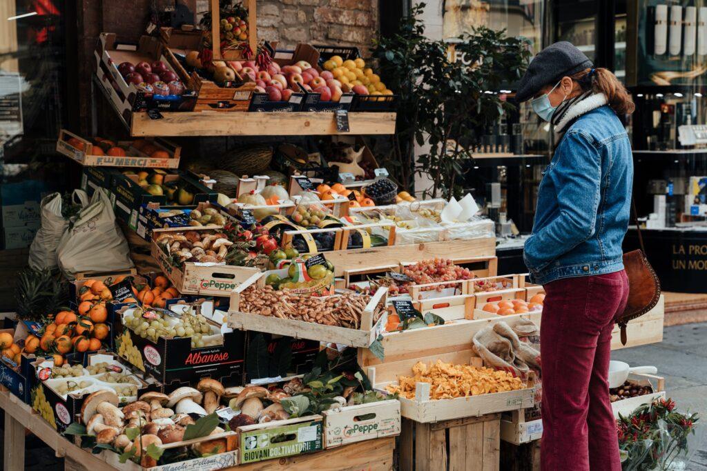 vrouw op markt met mondkapje