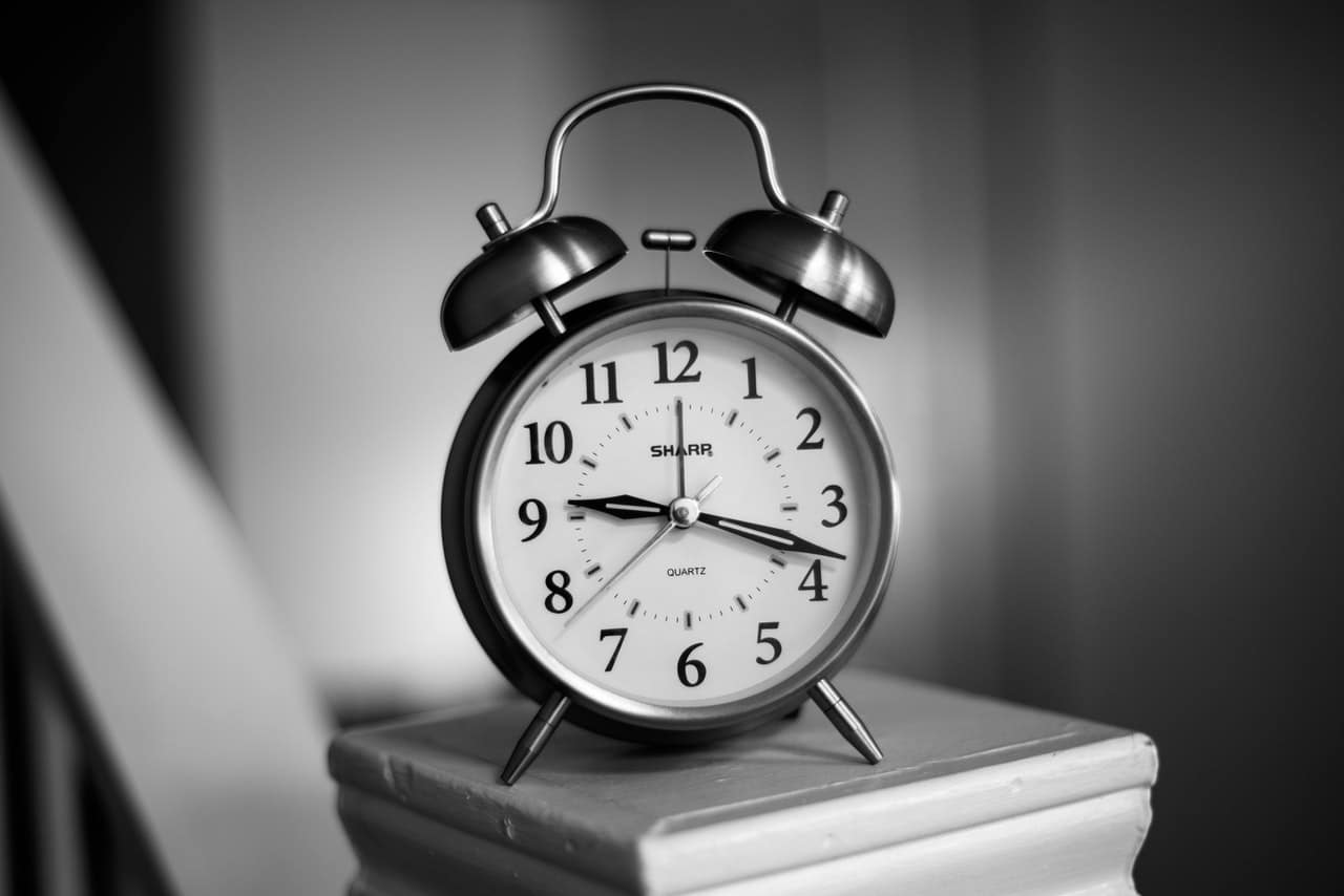 wekker in zwart wit die twintig over negen aangeeft