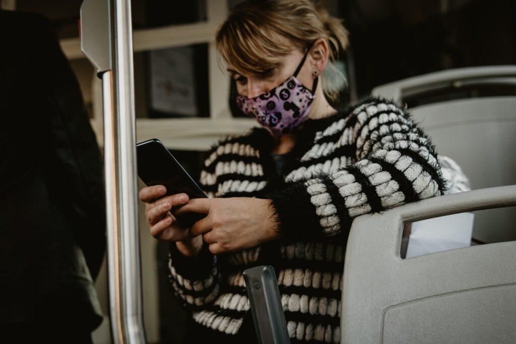 vrouw in metro kijkt op telefoon