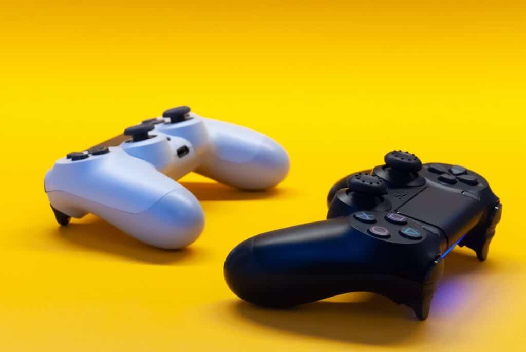 twee game controllers op een gele achtergrond