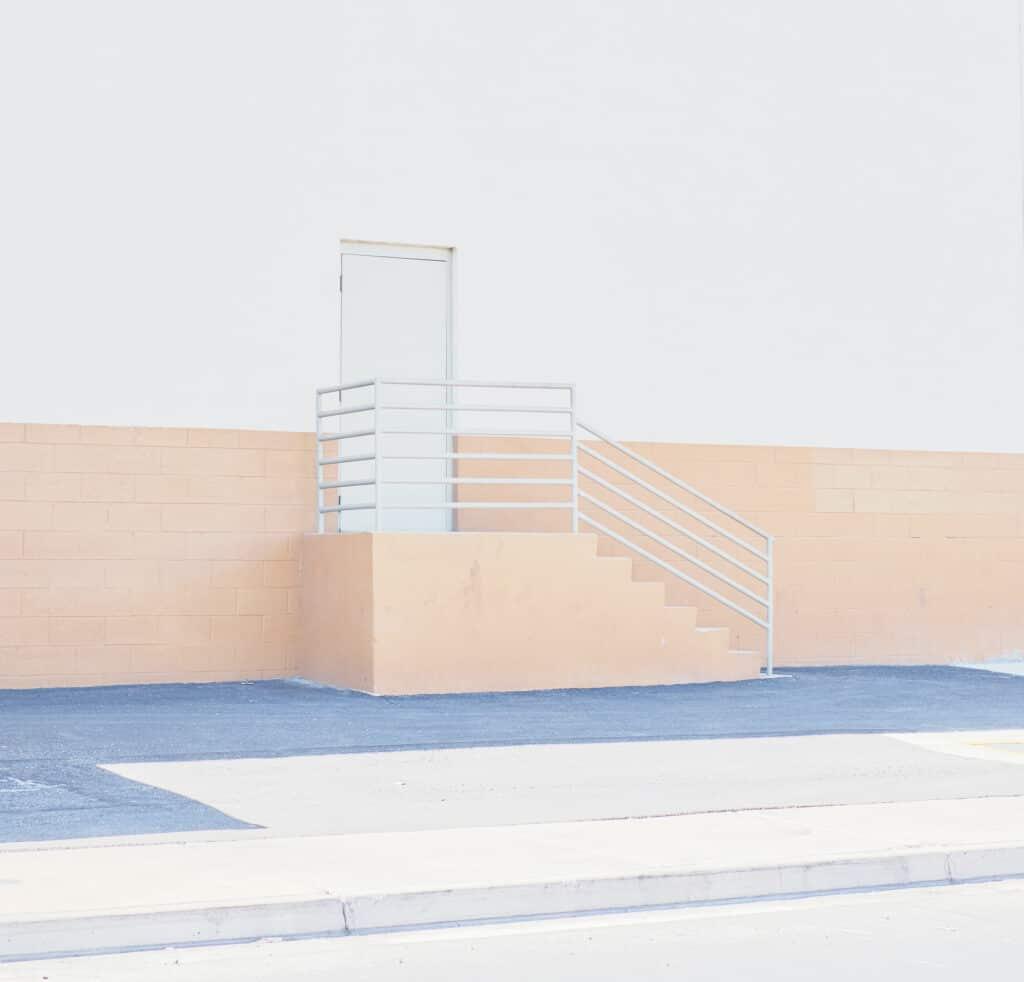 een deur met een trap ervoor als metafoor voor ontoegankelijkheid