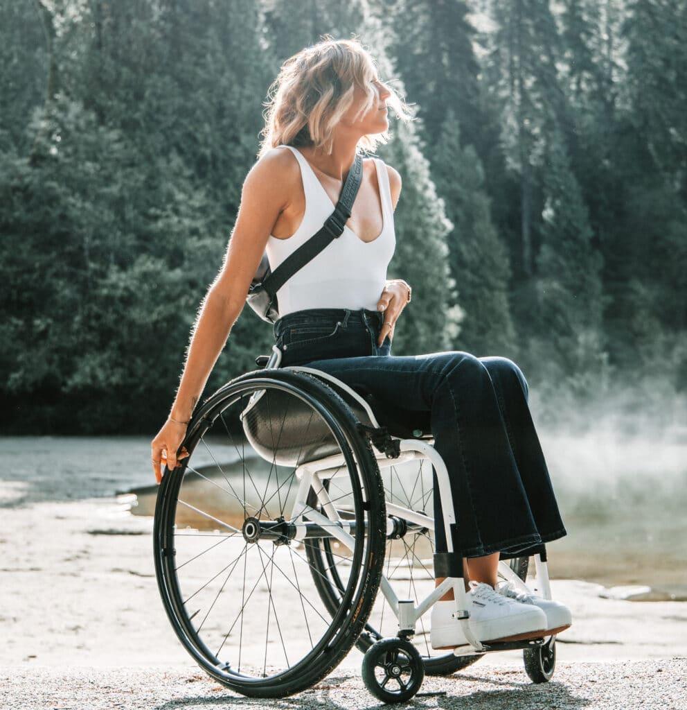 blonde vrouw in rolstoel op een weg