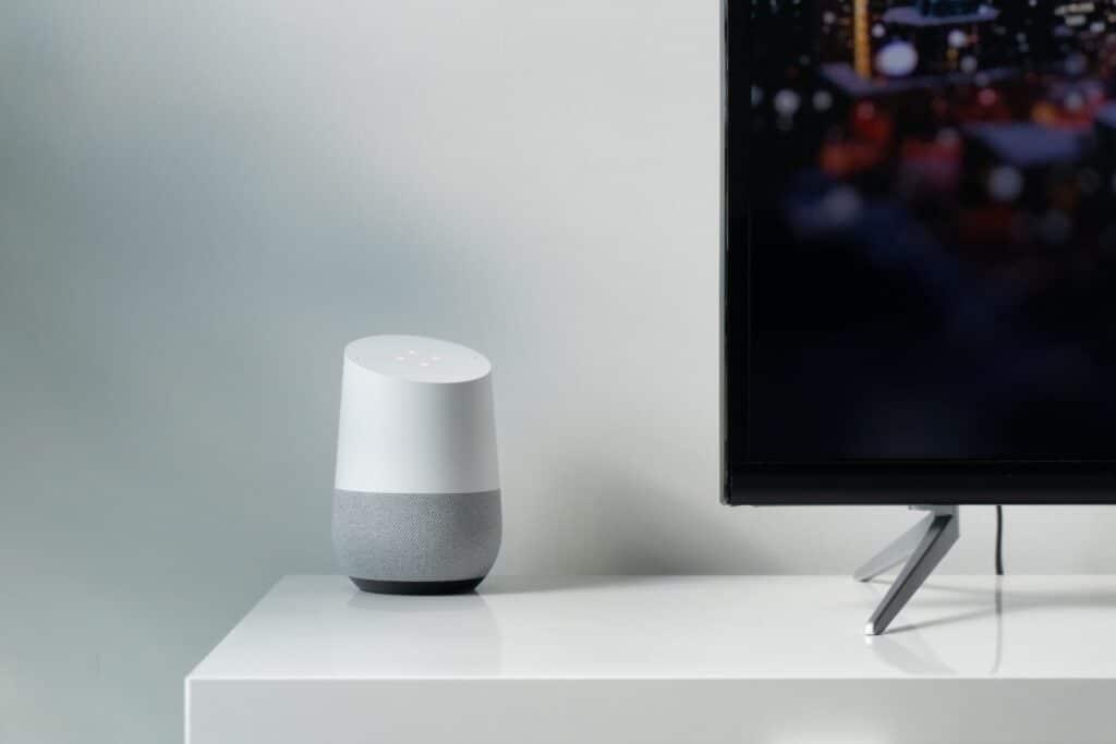 Google home apparaat naast een televisie