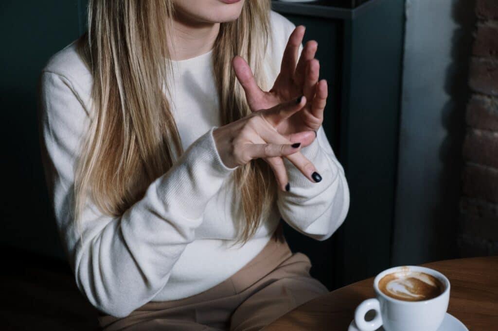 jonge vrouw geeft iets aan in gebarentaal