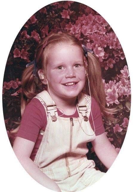 Claire als vijfjarige met haar gehoorapparaat