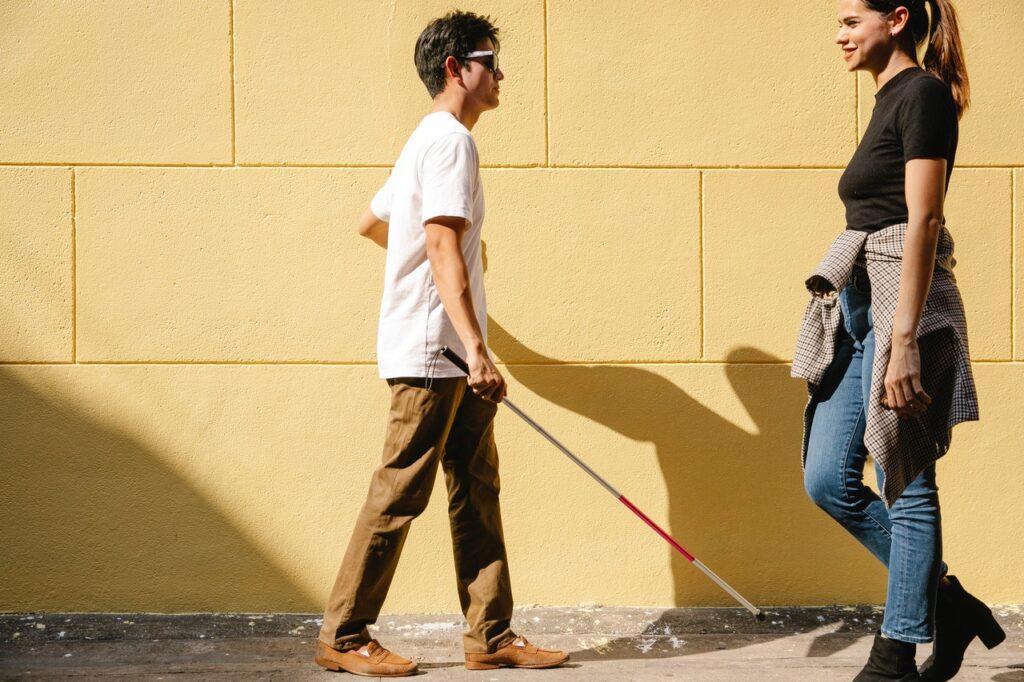 blinde man loopt met stok