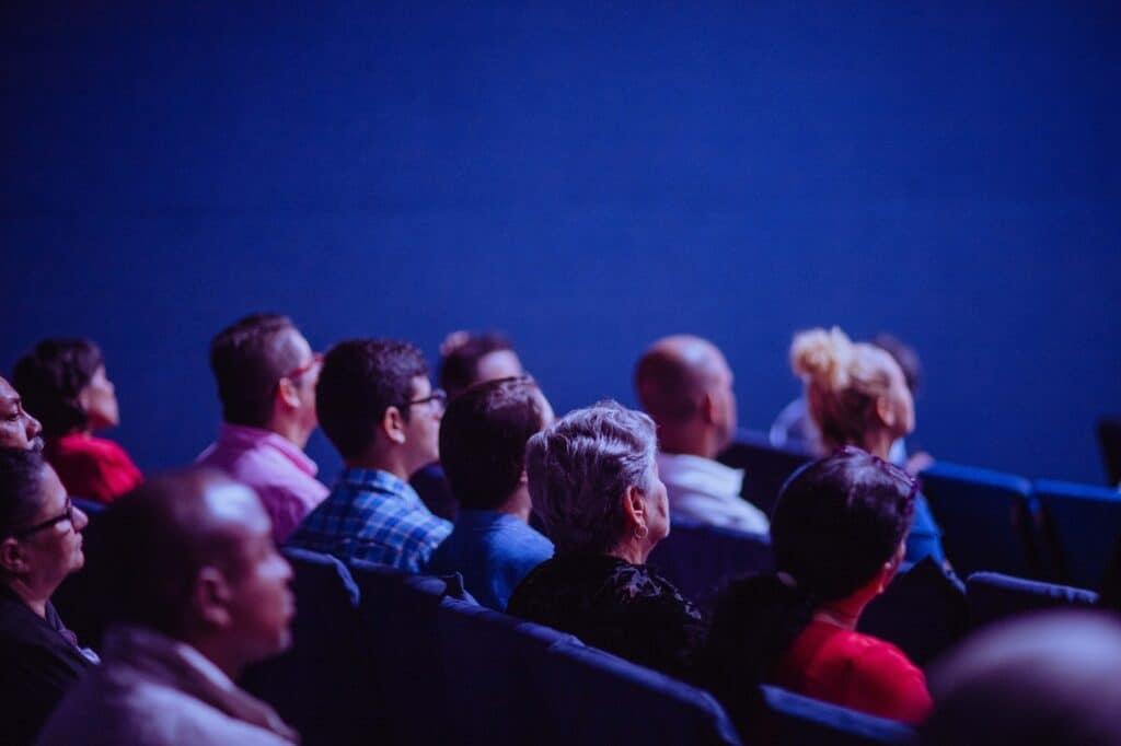 mensen in een bioscoopzaal kijken naar het scherm