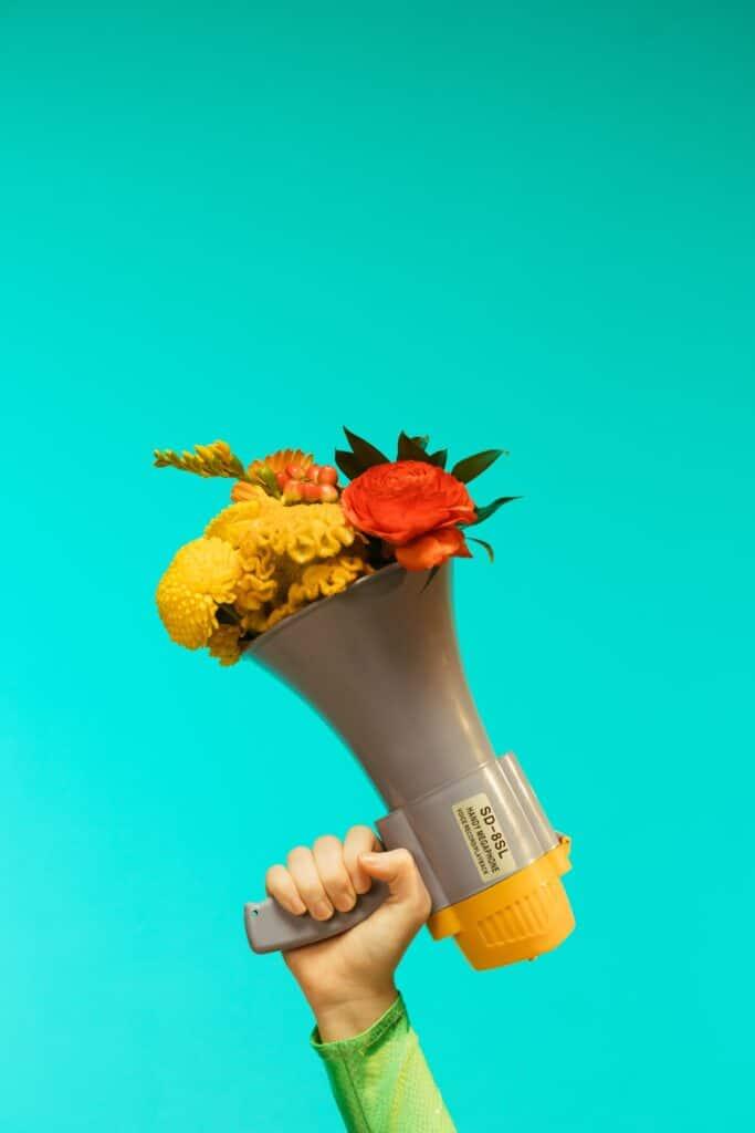 grote toeter met bloemen erin